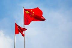 Staatsflagge von China und regionale Flagge von HKSAR lizenzfreie stockfotografie