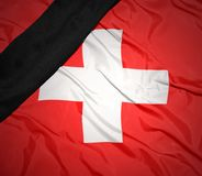 Staatsflagge von der Schweiz mit schwarzem Trauerband Stockbild