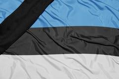 Staatsflagge von Estland mit schwarzem Trauerband Stockfotografie
