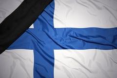 Staatsflagge von Finnland mit schwarzem Trauerband Stockfotografie