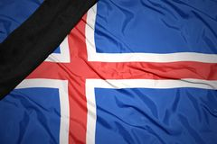 Staatsflagge von Island mit schwarzem Trauerband Stockfoto