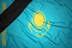Staatsflagge von Kasachstan mit schwarzem Trauerband Stockbild