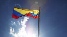 Staatsflagge von Kolumbien auf einem Fahnenmast stock footage