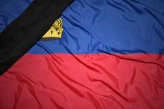 Staatsflagge von Liechtenstein mit schwarzem Trauerband Lizenzfreie Stockfotos