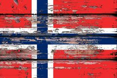Staatsflagge von Norwegen auf einem hölzernen Hintergrund stockbilder