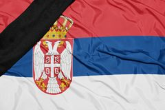 Staatsflagge von Serbien mit schwarzem Trauerband Lizenzfreie Stockfotografie