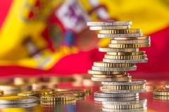 Staatsflagge von Spanien und von Euromünzen - Konzept Stapel der Euromünzen eur Lizenzfreies Stockbild