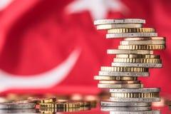 Staatsflagge von Truthahn- und Euromünzen - Konzept Stapel der Euromünzen EU Lizenzfreie Stockfotografie