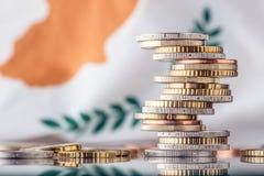 Staatsflagge von Zypern und von Euromünzen - Konzept Stapel der Euromünzen EU Lizenzfreies Stockbild