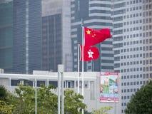Staatsflaggen vor Regierung Hauptquartier - Regenschirm-Revolution, Admiralität, Hong Kong lizenzfreie stockfotos