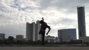 Staatsgrepen en salto mortales op de achtergrond van de stad stock videobeelden