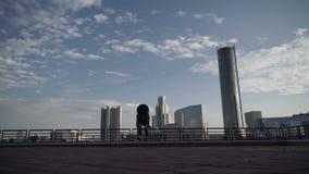 Staatsgrepen en salto mortales op de achtergrond van de stad stock video