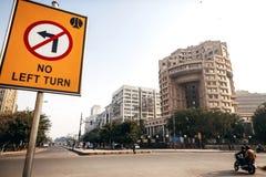 Staatsmanhuis en verkeersteken in Delhi Stock Foto's