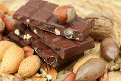 Stab der Schokolade und der Muttern Lizenzfreie Stockfotografie