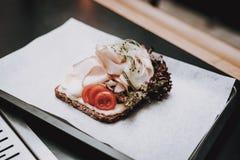 Stab Lebensmittel in der Platte barman Nahrung zu den Kunden ' stockfotos