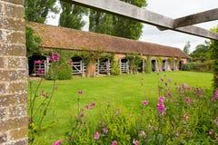 Stabiler Block Barrington Court nahe Ilminster Somerset England Großbritannien mit Gärten im Sommersonnenschein Lizenzfreies Stockbild