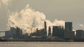 Stabilimento chimico di fumo stock footage