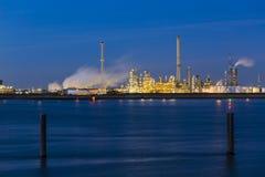 Stabilimento chimico in porto alla notte Immagine Stock