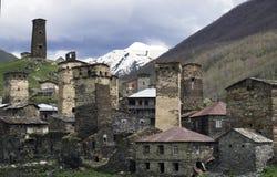 Stabilimento di Ushguli, con i posti di guardia nei precedenti delle montagne, Svaneti Immagini Stock