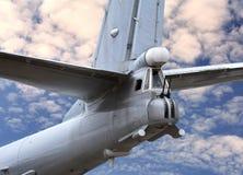 Stabilisateur des grands avions militaires avec des armes pour mettre le feu à t Images stock