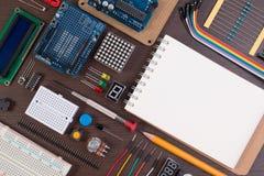 STACCHI l'istruzione o il corredo elettronico di DIY, il robot fatto sulla base di micro regolatore con varietà di sensore e gli  Fotografia Stock