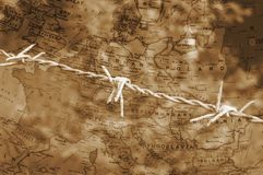 Stacheldraht über Karte von Europa-Sepia Stockbilder
