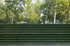 Stacheldraht auf einem grünen Zaun Stockbild