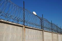 Stacheldraht auf einem konkreten Zaun Stockfotografie