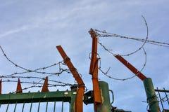 Stacheldraht auf einem verrosteten Eisentor Stockfotografie