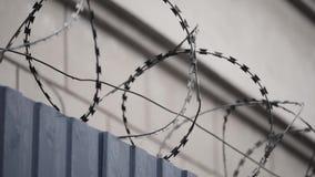 Stacheldraht auf Gefängnismauer stock footage
