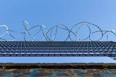 Stacheldraht auf Hintergrund des blauen Himmels - verlorenes Freiheits- und Hoffnungskonzept stockfotografie