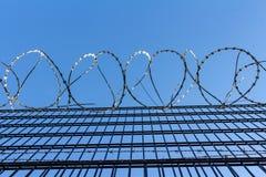Stacheldraht auf Hintergrund des blauen Himmels - verlorenes Freiheits- und Hoffnungskonzept stockbild
