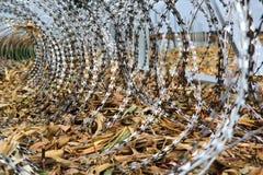 Stacheldraht, der auf die Ungarisch-Kroat-Grenze installiert stockfotografie