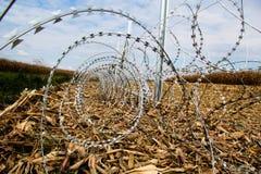 Stacheldraht, der auf die Ungarisch-Kroat-Grenze installiert stockfotos