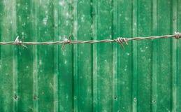 Stacheldraht und alter Blechtafelzaun Background Stockbilder
