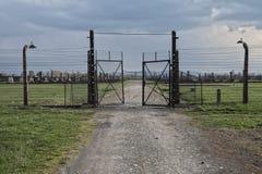 Stacheldraht und fance um ein Konzentrationslager Seiteneingang des Konzentrationslagers lizenzfreies stockfoto