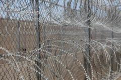 Stacheldraht in vorsichtigem Gefängnisgefängnis Lizenzfreie Stockfotografie