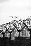 Stacheldrahtflughafenzaun stockbilder