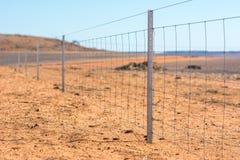 Stacheldrahtzaun auf trockenem Land bei West-Australien Stockfoto