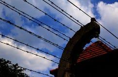 Stacheldrahtzaun in einem europäischen Gefangenenlager stockbilder