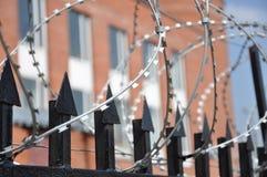 Stacheldrahtzaun am Gefängnis Stockfotos