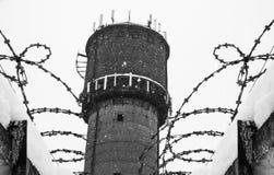 Stacheldrahtzaun, Gefängnis, Konzept der Rettung, Flüchtling, still, einsam, Freiheit Lizenzfreie Stockfotos