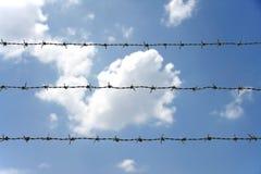 Stachelzaun mit blauem Himmel Lizenzfreie Stockfotografie
