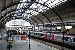 Staci kolejowej platforma i pociąg, Newcastle na Tyne obrazy stock