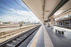 Staci kolejowej platforma italy Rimini Fotografia Royalty Free
