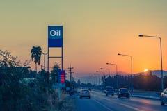 Stacja benzynowa i Benzynowa stacja przy zmierzchem z ruchem drogowym śpieszymy się Zdjęcie Royalty Free