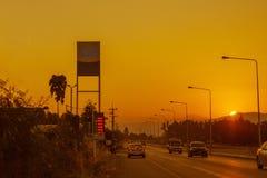 Stacja benzynowa i Benzynowa stacja przy zmierzchem z ruchem drogowym śpieszymy się Zdjęcie Stock