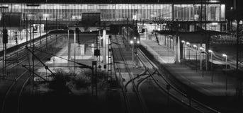 Stacja kolejowa przy nocą z osamotnionym pociągiem zdjęcia stock