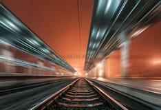 Stacja kolejowa przy nocą z ruch plamy skutkiem linia kolejowa Fotografia Stock