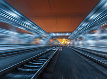 Stacja kolejowa przy nocą z ruch plamy skutkiem linia kolejowa Zdjęcia Royalty Free
